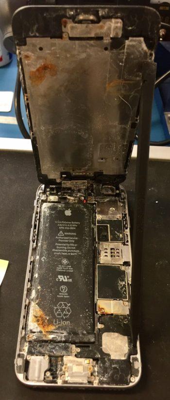 Fotka vytopeného iPhonu, který nevyhledal hned pomoc. Neopravitelný